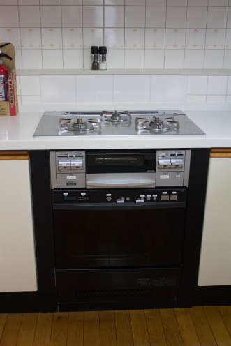 Three burners plus a fish broiler make up the standard Japanese cook set. The built-in oven is less common.